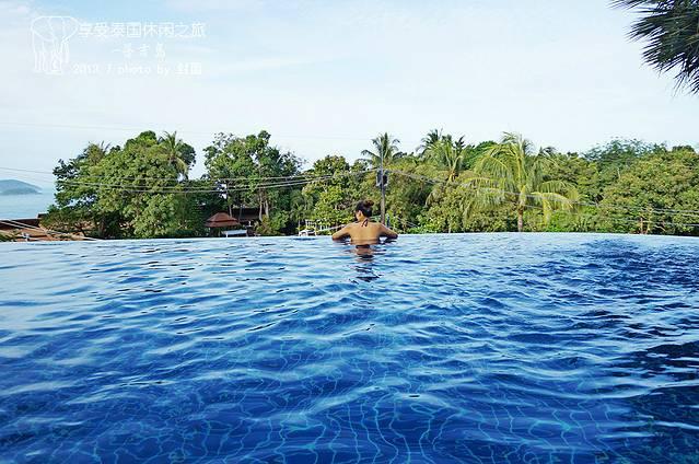 享受泰国的休闲生活之旅,是我去年从菲律宾自助游回来给2013年定的旅行计划。准备这次长达16天的自助旅行我提前了半年时间。计划是这次2013年7月份的长沙到澳门到曼谷到普吉,在从普吉到清迈。再清迈回澳门,(这里只写普吉的游记,清迈的在另外开篇因为景色太美记录的生活和景色影像太多)再回长沙。主要目的地是普吉和清迈。澳门和曼谷只是过境。提前半年是因为亚航的机票打折。。从澳门和曼谷过境也是因为这个原因。。 泰国是一个佛教国家。这个估计大家都清楚。我就不用在这里给大家介绍泰国的具体人文和国家文化的细节了。 本来我