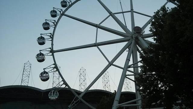 潍坊富华游乐园是潍坊新立克集团与美国亚洲娱乐有限公司合资兴建的,集吃、住、行、游、购、娱于一体的,具有当今世界先进水平的大型主题乐园。 乐园一期投资3亿元人民币,占地20万平方米,拥有先进的游乐设施和完善的服务功能。有大型游乐项目如摩天轮、跳伞塔、太空飞行、过山车、激流勇进、海空出击、动感电影、旋转木马、碰碰车、疯狂老鼠、旋转滚筒、宇宙漫游、欧式花园等供您休闲。儿童反斗城、进口儿童游戏机、金龟虫等项目让您尽享天仑之乐。富华游乐园环境优美,娱乐功能齐全,1992年建园至今,以发展成为山东省内人造景观接待水平