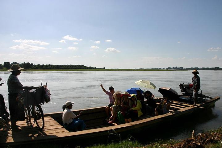 整个古城犹如一个小岛被河流隔开,想进入古城要到渡口乘坐小船,对面就