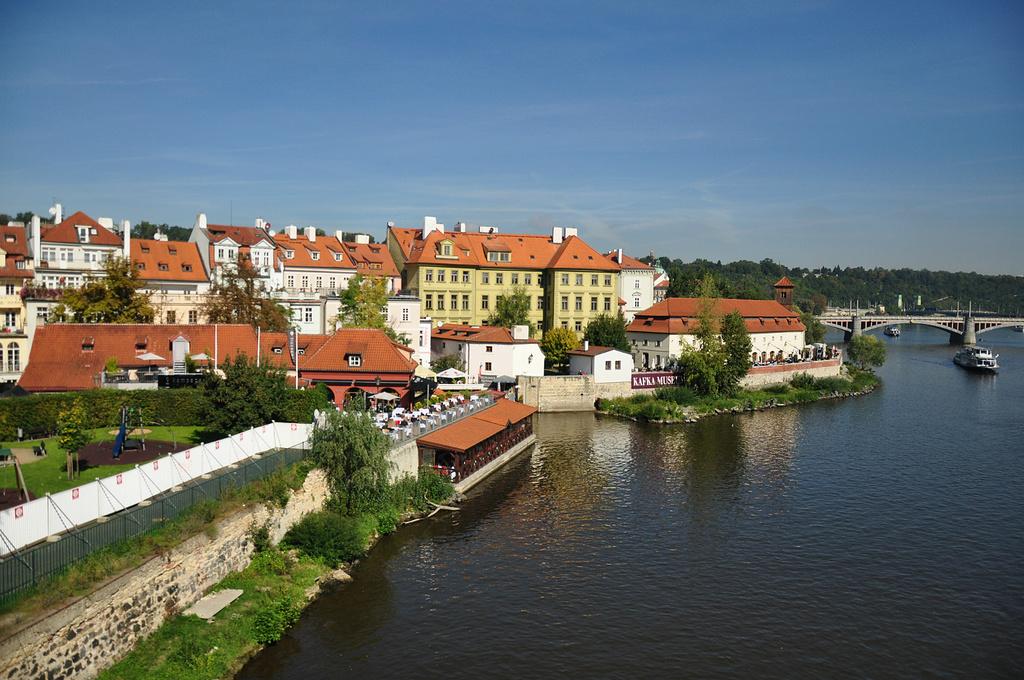 伏尔塔瓦河是捷克最长的河流,发源于波希米亚森林,向北流经南波希米亚州、中波希米亚州和首都布拉格。美丽的伏尔塔瓦河将布拉格城一分为二,横跨在河上的十几座古老的和现代化的大桥,雄伟壮观,其中最著名的是有四百年历史的查理大桥。这些大桥将城市两部分协调巧妙地联为一体。可以乘坐游船观赏布拉格的风光。河流周边和野营点有不少租船的地方。著名的捷克国民乐派作曲家斯美塔那的交响诗组曲《我的祖国》.