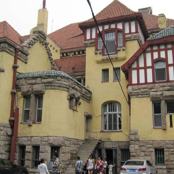 曾经为德国总督府,现为青岛近代史博物馆.