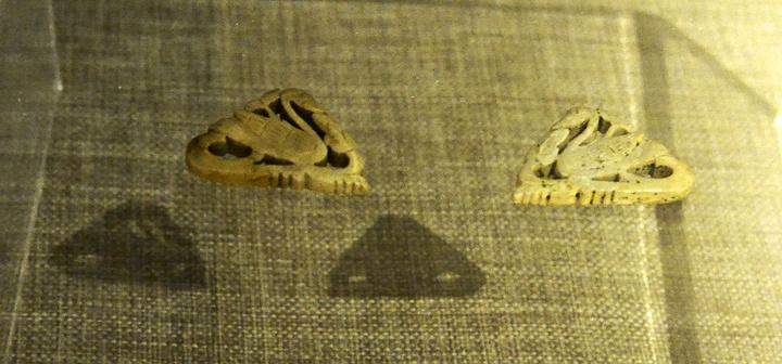 天鹅为玉质透雕而成,由两只天鹅连成抹圆三角形.鹅头相向,图案相图片