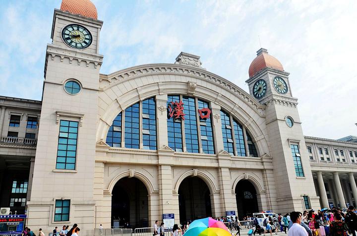 """汉口火车站始建于清光绪年间,是在当时""""师夷长技以自强""""的历史背景之下建设的欧式风格的火车站,也是国内最大的欧式风格的火车站,经过2007-2009年的三年的翻新改造,该站已经成为武汉铁路局管辖内最大的客运编组站。汉口火车站承担着沪汉蓉城际铁路、武广高铁、合武客运专线等多条国家干线的客运与货运工作任务。"""