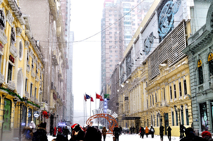 绝对欧式街道的风格,就是后面的住宅楼暴露的缺点