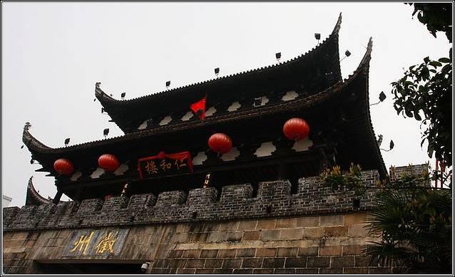 歙县有一个高铁站正在建设中,还有一个四等火车站歙县站。从上海、徐州、南京、合肥等地的旅客可以乘坐火车直达歙县;其余没有直达列车的省份的旅客,可以乘坐火车至黄山站,再乘坐黄山歙县的火车。 歙县站:歙县站在安徽省歙县徽城镇,建于1981年,隶属上海铁路局南京铁路分局管辖。该站目前为四等站规模三等站管理,有站台2个,客运股道3条。 地址:黄山市歙县新安路 歙县有一个汽车站,既有附近县城的短途车,也有开往江浙一带的长途车,方便旅客往来。 歙县汽车站:短途有到周围的屯溪,石门,深渡,黄山等地的汽车,长途汽车有到