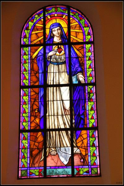 教堂窗户上色彩绚丽的彩色玻璃勾勒出一幅幅五彩斑斓的宗教人物和宗教