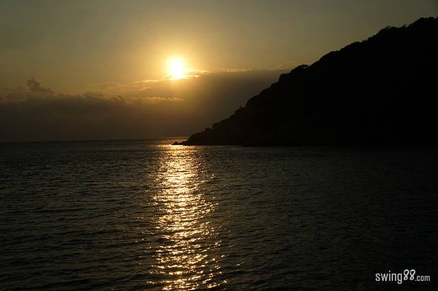 斯米兰群岛位于泰国普吉岛西北90公里的安达曼海,是一片由9个群岛所组合而成的区域。1982年9月1日被正式指定为国家海洋公园。公园离海岸距离60公里,这里有着巨大的花岗岩、海底连绵的山丘、丰富的各色珊瑚群,丰富的海洋资源,是潜水爱好者的天堂,也是去普吉岛必体验的一个景点。 斯米兰群岛是由九个岛屿组成。虽然每座岛屿都有属于自己的名字,但人们更喜欢用数字来称呼它们。九个岛每三个一组,分成三组排列,他们分别是:1号Ko Huyong岛,2号Ko Payang岛,3号Ko Payan岛,4号Ko Miang岛,5
