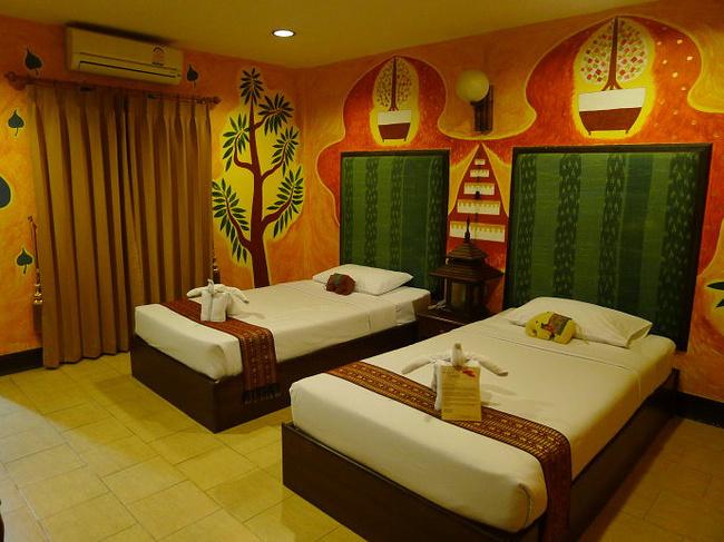 泰民族风格的房间,每个房间的绘画都不同,很有特色的酒店.