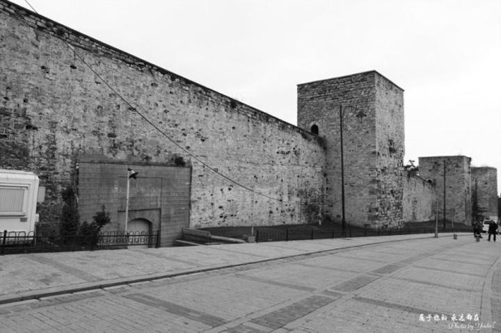 这些城墙虽然没有中国古代城墙那样高大,但足以将墙内墙外的人分隔成