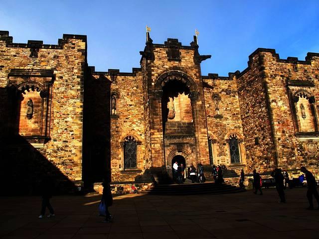 我们从英格兰穿过逃婚小镇来到苏格兰,高速公路有块石碑,一面对着英格兰,一面对着苏格兰,算是交界地了。爱丁古堡自古以来就是战略要塞,经历了太多战火的洗礼显得沧桑厚重,我们从卡尔顿山下来,登上城堡,感受这座城堡在苏格兰政治和文化上难以取代的风采。 古堡门票是15镑左右,如需租借语言导览器费用为3.