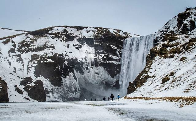 冰岛南部最大瀑布之一,高60余米,水流量极大,经常可以看到彩虹.