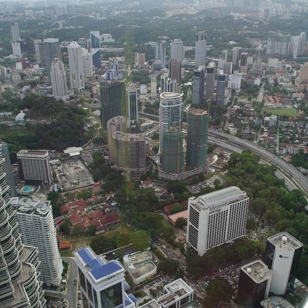 双子塔/双峰塔全称马来西亚国家石油双子塔(Petronas Twin Towers),位于吉隆坡中央商务区/城中城/市中心(Kuala Lumpur City Centre,简称KLCC),在1998年至2003年间为世界上最高的建筑(2003年被台北101大楼超越),至今仍然为世界上最高的双塔型建筑。双子塔设计师为阿根廷裔美国建筑师西萨佩里(Csar Pelli),他在大楼表面大量使用了不銹钢与玻璃材质,使得整栋楼非常有金属质感。乘坐5号线格兰那再也线(Kelana Jaya Line)在吉隆坡城中城