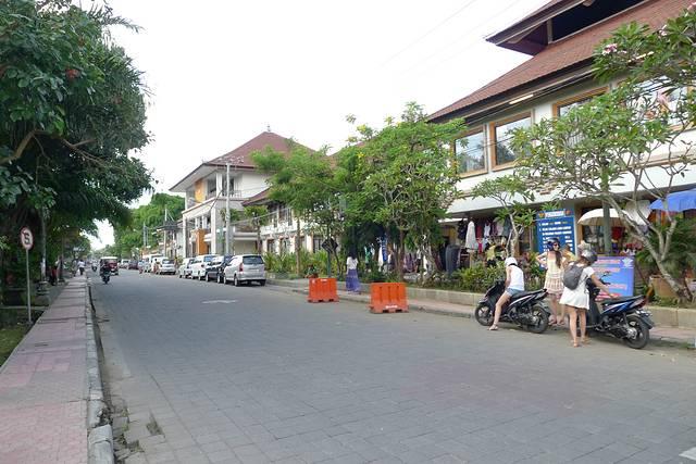 巴厘岛之行第一站就是落脚于素有巴厘岛艺术重镇之称的乌布,到此免不了参观乌布皇宫。我们从乌布所住酒店过来,也就十几分钟车程,毕竟在乌布中心地带,基本上司机都知道,这边的道路基本是双车道,但交通秩序良好,车不太多,也没见塞车。不过这里可以参观的面积真心不大,又是室外为主,如果只是走马观花,十几二十分钟就逛完了,规模不可与中国的皇宫行院同日而语,但它自有它的魅力。这栋皇宫在16世纪建成,据说是乌布王朝邀请当时著名艺术家设计而成,光是精致细腻的手工雕刻就值得欣赏。所以,有时我们会驻足观看那些已被时光消磨了一些外