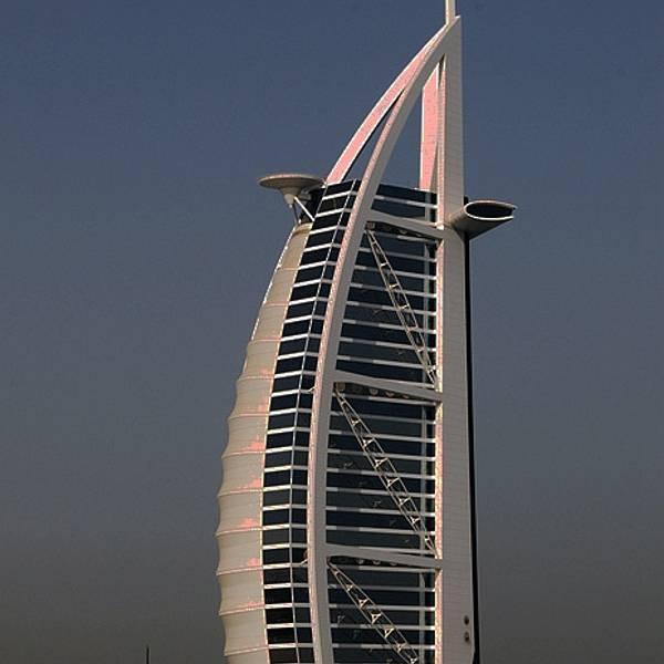 酒店采用双层膜结构建筑形式