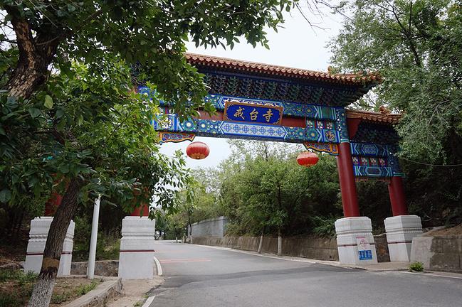 戒台寺   北京的古松名木,以西郊为冠.在   戒台寺