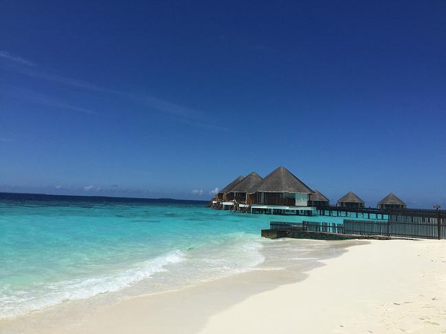 犹豫了太久,还是决定把我们的旅行记录下来,用文字留住美好,分享给每一个人经验与快乐~ 从高中开始就很希望可以去一次马尔代夫,毫无疑问和老公的蜜月旅行就定在了这里,起初对马尔代夫并不是很了解,然后便从了解这个国家开始,马尔代夫首都马累,是一个拥有上千个岛屿的国家,可以度假的岛屿就有100多个,选岛这件事真的是难到我啦,根据同事的经验决定选择一个一价全含的岛屿,最初很想去地中海风格的中央格兰德,但是由于岛上水屋装修不太想受到影响便开始寻觅其他的岛屿,偶然发现了蜜杜帕卢(茹)这个岛,可能是因为缘分使然,对这个岛
