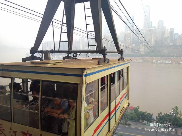 从索道上可以看到2座长江大桥,一座是东水门大桥,一座是长江大桥,还能