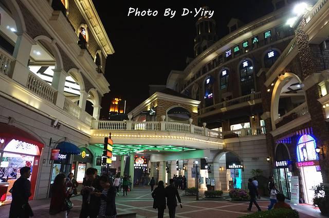 光谷步行街位于武汉市洪山区光谷广场转盘东面,地铁2号线和多路公交图片