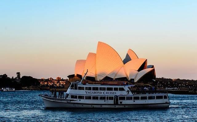 我们沿着港口往悉尼歌剧院一直走,左边是悉尼大桥,右边是歌剧院,拍啊拍啊,一路走过去主要的任务就是拍照。然后发现天越来越阴,眼看着悉尼大桥的背景从令人愉悦的蓝天白云慢慢过渡到乌压压的一片黑云压境,而且眼看着黑云的那一半已经开始在远处下起雨来,而我们还处在蓝天之下。真是一半是海水一半是火焰,一半是大雨倾盆一半是艳阳万里的奇景啊。晚上回去发现微信上到处都是新闻:暴风雨横扫悉尼,巨大雷雨云来势汹汹如同世界末日。我们顺着悉尼歌剧院外围顺时针转了一圈,走回来到售票处的时候整个天空都已经变黑了,本来想着到里面来躲雨,