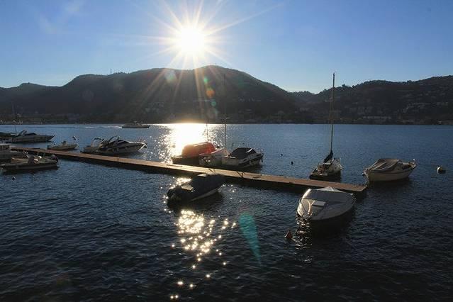 2016-08-26 13:01jefflyx  清晨,迎着朝阳,在科莫湖边狭窄的