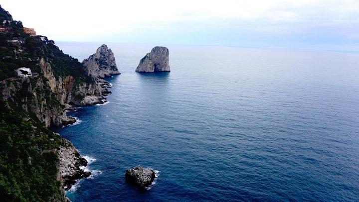 里岛地?_但在卡普里岛上感受到的阳光和地中海风情的建筑同样能震撼一个人的