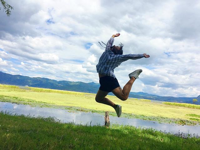 在一个山村傻子老婆跑了两个妹傹��K�.K��K�nK�K�_像两个二傻子一样在这片草地上蹦啊跳啊 玩了好久 拍了好久