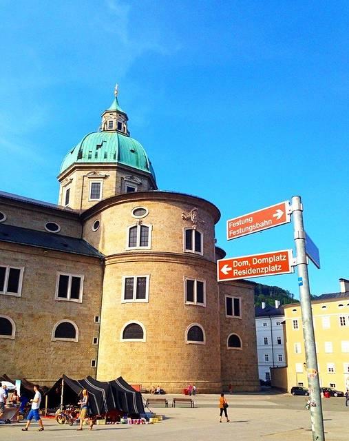 萨尔茨堡大教堂:一眼望去就知道是一个教堂,而且是一个超大教堂,只是没有想到它的名字就是萨尔茨堡大教堂。 【景点中文名】萨尔茨堡大教堂 【景点英文名】Salzburg Cathedral 【景点当地名】Salzburger Dom 【景点地址】Domplatz 1a,5010 Salzburg,Austria 【景点地理位置】萨尔茨堡大教堂位于老城区景点中心地带,离萨尔茨堡要塞城堡非常近,像是隔着广场相望。同样和山脚的小市场比邻。 【景点交通方式】由于萨尔茨堡的景点比较密集,一般都集中在同一片范围。大部分在