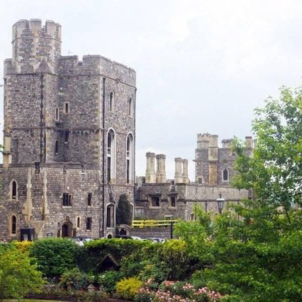 走进景区在城墙后就看见这个温莎城堡标志性的圆塔.
