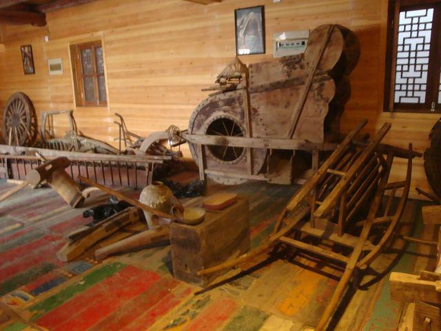土司堡民族展览馆,恐龙馆,孔雀馆,特色商品区和小动物观赏区等组成