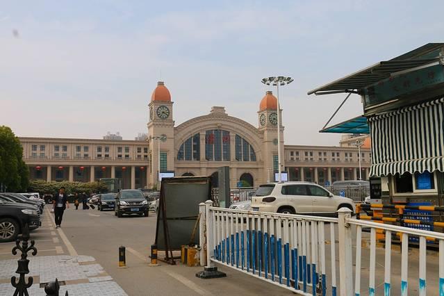 汉口火车站为一仿欧式的建筑,室内设计和外立面设计的风格较统一;平面