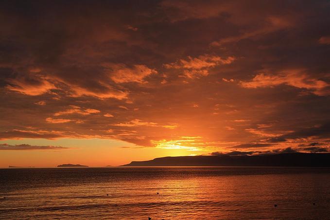 冰岛的日出和日落色彩异常浓烈,而且持续时间也长.