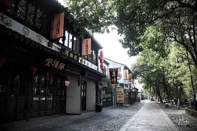 手绘淡彩江南小巷图片