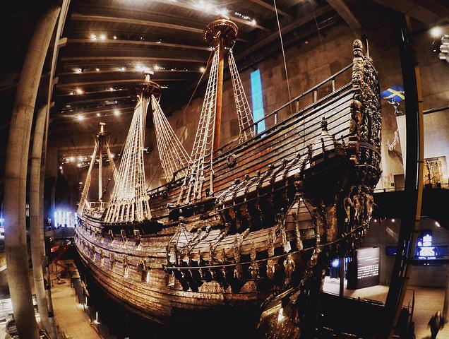从市政厅出来我按原路返回直接坐车去VASA沉船博物馆。VASA那个岛和周围几个岛上面都有很多博物馆,可以坐渡轮过去离得比较近,坐公交的话需要走进去。VASA博物馆的门票很贵,要100克朗,里面有6层楼,中间是VASA号那一整艘船,船上依旧有工作人员在对它进行研究和修复。船上有很多精美的雕刻和花纹,配上昏暗的灯光,感觉还是很震撼的。