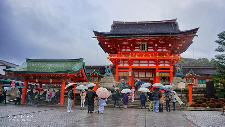 雨下得淅沥沥的.这些朱红色的建筑在雨里显得格外艳丽.