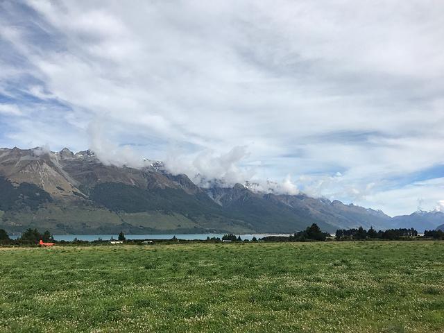 路上风景很美,气势磅礴的雪山,一眼望不到边的草场,宁静如镜面的湖泊