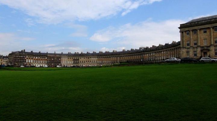 图片上的这个半圆形的建筑就是著名的皇家新月楼.