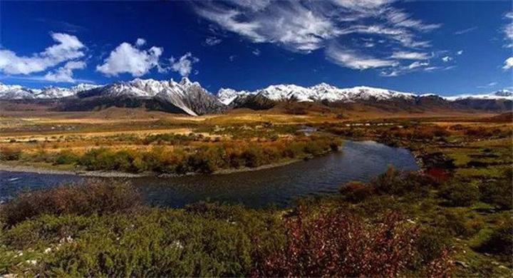 """""""雪山,湖泊,森林,峡谷,草甸,泉群,野生动物藏传佛教寺庙,和人文景观构"""