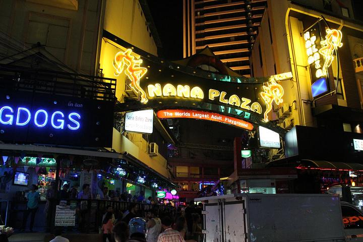 nana广场号称是泰国最大的红灯区,相信看过王宝强的《唐人街探案》的图片