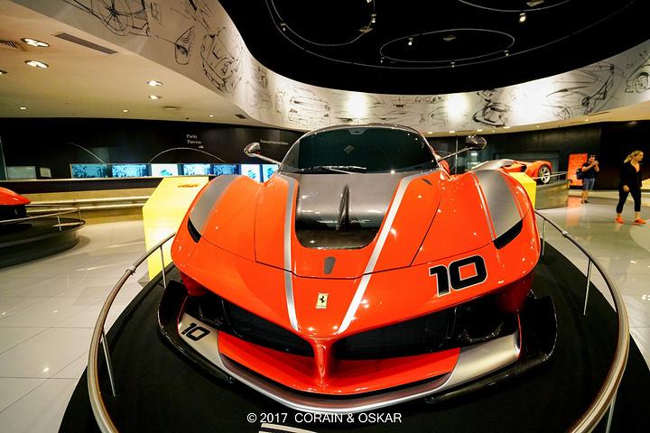 在法拉利乐园中,自然少不了展示一下法拉利的F1赛车,虽说这已经是几年前的赛车,无论外观,还是空气动力学套件都和现在赛道上驰骋的F1赛车不一样,但是它依然魅力无限,随时准备向人们展示它卓越的性能。 而模拟换胎游戏,个人认为是一个很有意思的挑战,看着赛场上换胎工娴熟的技巧,只需要3秒就可以完成一次轮胎的拆卸及组装,而真的亲身体验才发现,这绝对是一门体力兼具技术的活。