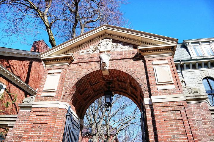 哈佛大学是美国本土历史最悠久的高等学府,其诞生于1636年,最早由马萨诸塞州殖民地立法机关创建,初名新市民学院,是为了纪念在成立初期给予学院慷慨支持的约翰·哈佛牧师。学校于1639年3月更名为哈佛学院。 1780年,哈佛学院正式改称哈佛大学。截止2014年,学校有本科生6700余人,硕士及博士研究生14500余人。