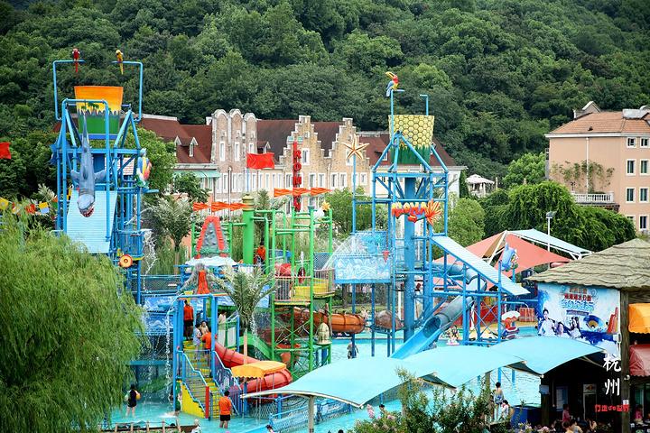 杭州宋城浪浪浪水公園擁有大型兒童嬉水區,沖浪池,急速滑道,大喇叭,迷