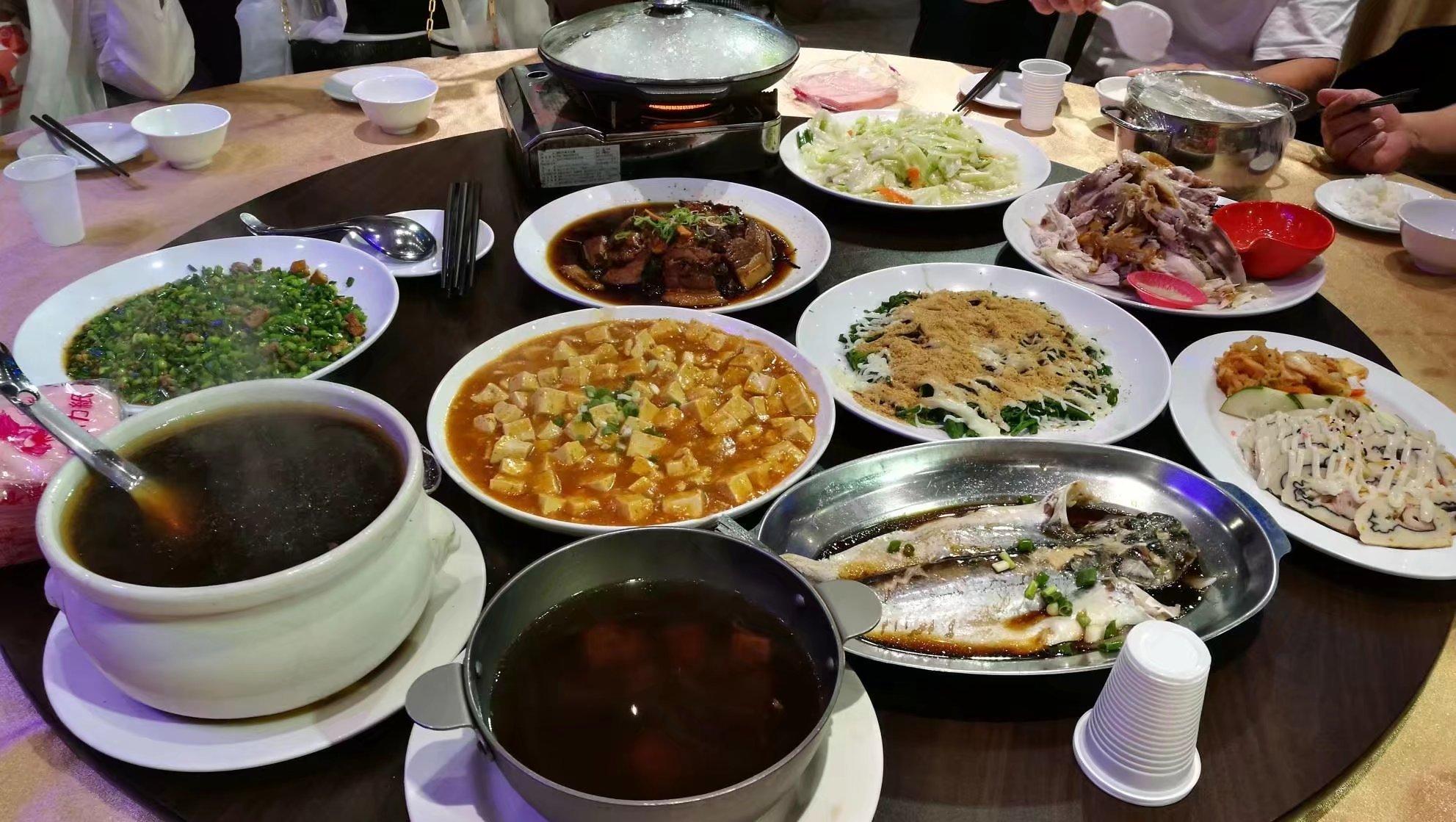 丰盛的午餐,七个人一桌,真的是吃不完