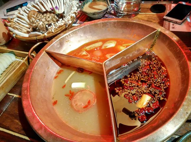 菜品毛肚很好吃,千层肚,口感脆脆的也比较入味.火锅必点的冬瓜