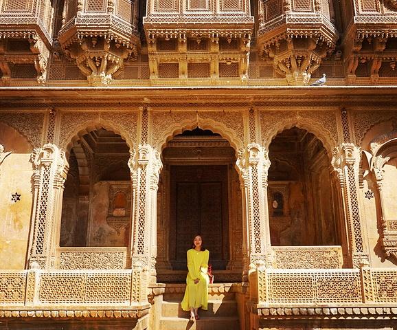 杰伊瑟尔梅尔 曾是 印度 重要贸易地,因此给这座城市带来过不少财富。 富裕 的商人在城中修建了许多无比华丽的官邸,它们全部由黄砂岩精雕细刻,形成了奇异的不可模仿的风格。就连最普通的商店或住房,都以奇形怪状表现了拉其普特人的艺术爱好。在古堡外城众多的古老建筑中,有几栋叹为观止的豪华府邸,是18世纪经营金银加工生意的帕特旺家族的所建的私宅,5个儿子分别所有5栋相邻建筑,以5层的主楼为中心,配以3座侧楼,内部是回廊式造型,融合了传统的Rajput和Mughal建筑风格,精美的石刻如同蜂蜜色的饰带,装饰着璀璨的石