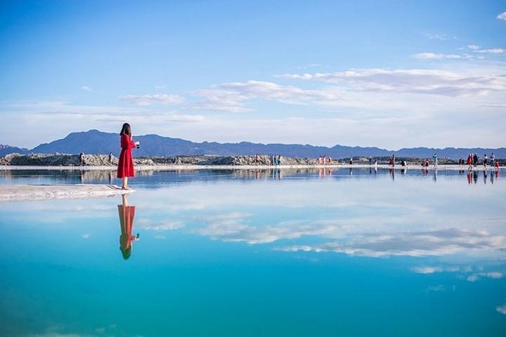 特别是风平浪静的时候,湖水宛若镜面般的散布在四处,倒影着蓝天白云图片