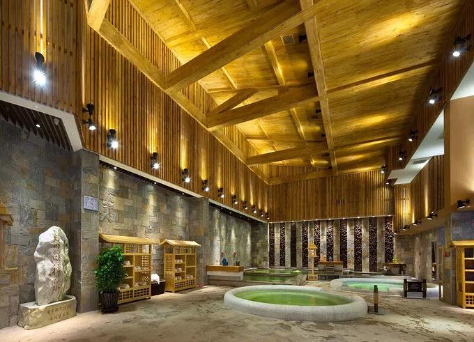 里酒店_温泉位于小镇入口处的汉拿山温泉酒店里,有室内温泉和室外汤池两部分