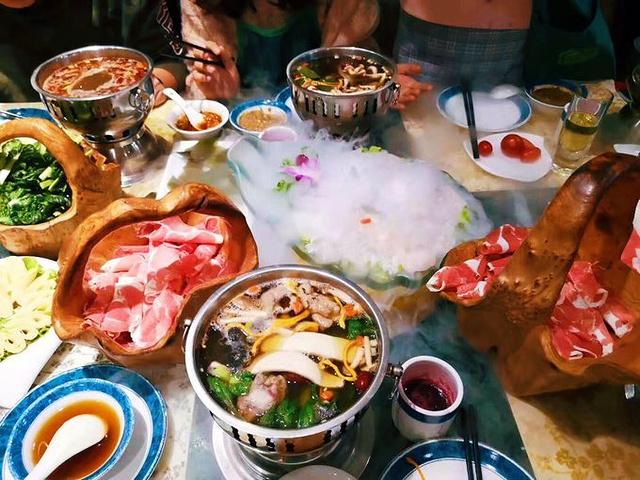 """中午我们在 海拉尔 做了短暂停留,去了一家叫做""""菌香园""""的饭店吃了火锅,算是当地比较有名很有特色的火锅,不过我们吃的肉比较多,4盘羊肉4盘牛肉2盘羊肉,还有各种蓝莓汁啤酒什么的,没有刹住车,所以费用也高了许多,11个人吃了1200,太腐败了,这顿饭是我们挣个行程中最腐败的一顿饭了。"""