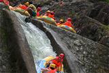 流起漂点在峡谷的水库下
