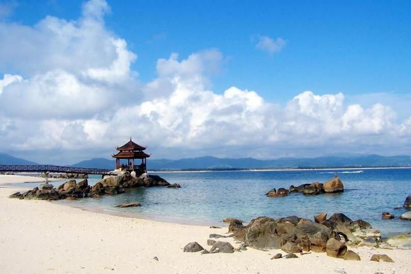 西岛全称西瑁洲岛,坐落于三亚湾海域,是海南第二大岛.