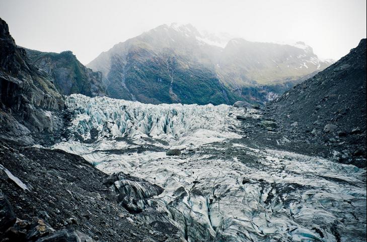 上午前往福克斯冰川。冰川是由高山积雪在固定气温下渐渐凝固而成的,从南阿尔卑斯山脉南麓淌下,一直延伸到距海平面仅300米处的温带雨林,最高点在库克山的背面。冰川以每天一至五米的速度蠕动着,是在人类一般肉眼无法洞悉的情况下慢慢地向低处的温带雨林区蠕进着。很多游客都喜欢冰川远足探险,走在厚厚的冰川上探索大自然的奥秘,但是同时也要注意安全,时刻注意从高处突然滑落的冰块和石头;也有部分游客会乘坐直升机从高处观赏福克斯冰川,这样可以一览其全貌。 下午可前往马瑟森湖,马西森湖是新西兰风景最美的地点之一。坐落在海岸南岛西